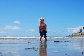 QUANDO IL BAMBINO HA PAURA NON GIOCA E NON SI METTE IN GIOCO Paure, angosce e rassicurazioni nella relazione adulto-bambino